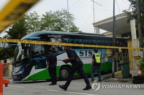 21일 오전 주말레이 북한대사관 앞마당으로 들어가는 버스 [AFP=연합뉴스]