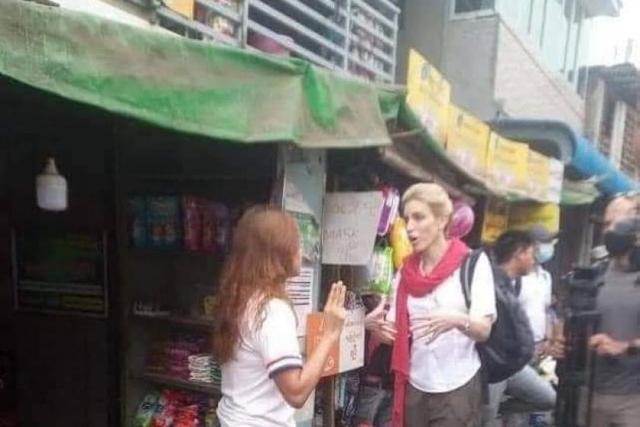 미국 CNN방송 기자에게 한 미얀마 여성이 세 손가락 경례를 하고 있다. 미얀마나우 캡처
