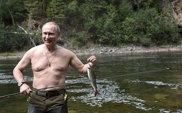 푸틴 대통령은 그간 다양한 선전용 사진으로 이미지를 관리했다. 시베리아 호수로 여름 휴가를 떠나 모험을 즐기는 호방함을 강조하는가 하면, 상의를 벗어젖히고 근육을 드러내며 남성성을 한껏 과시하기도 했다./사진=AP 연합뉴스