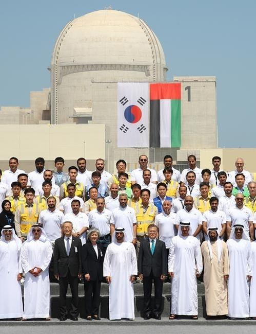 아랍에미리트(UAE)를 공식 방문 중인 문재인 대통령이 2018년 3월 26일 오후 모하메드 빈 자이드 알 나흐얀 왕세제와 함께 한국이 건설한 바라카 원전 1호기 앞에서 기념 촬영을 하고 있다. /연합뉴스