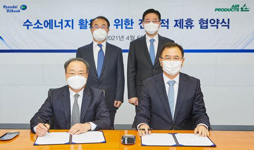 김교영 에어프로덕츠코리아 대표, 강달호현대오일뱅크 대표(앞줄 왼쪽부터)가 '수소 에너지 활용을 위한 전략적 협력 양해 각서' 체결식에서 기념 촬영을 하고 있다. 사진제공 현대오일뱅크