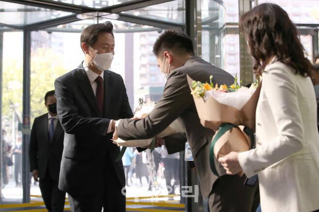 제38대 서울특별시장에 당선된 오세훈 시장이 8일 오전 서울 중구 서울시청으로 첫 출근하면서 직원들에게 꽃다발을 받고 있다. (사진=이영훈 기자)
