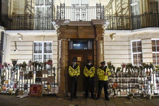 영국 주재 미얀마 대사관 앞을 지키는 경찰들 [AP=연합뉴스]