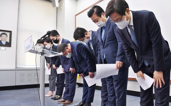 고개 숙인 민주 지도부 - 김태년(오른쪽 네 번째) 더불어민주당 대표 직무대행 겸 원내대표와 최고위원들이 8일 국회 당대표실에서 4·7 재보선 참패 책임으로 지도부 총사퇴를 선언한 뒤 고개를 숙이고 있다. 정연호 기자 tpgod@seoul.co.kr