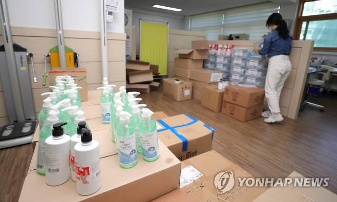 학생 방역물품 챙기는 보건교사 [연합뉴스 자료사진]
