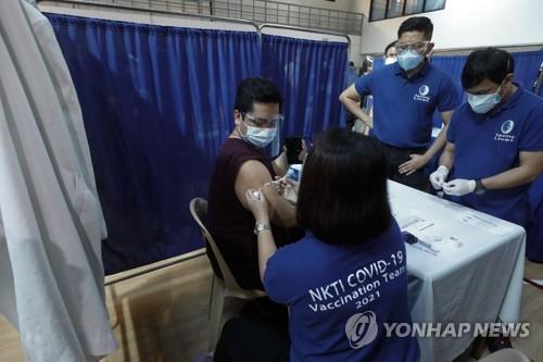 코로나19 백신 접종하는 필리핀 의료진 [EPA=연합뉴스 자료 사진]