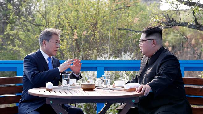 2018년 4월 27일 문재인 대통령과 김정은 국무위원장이 판문점 도보다리 위에서 담소를 나누고 있다. /한국공동사진기자단
