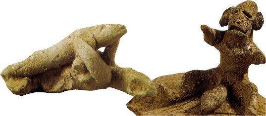 성에 개방적인 신라의 생활상을 엿볼 수 있는 토우. 사랑을 나누는 연인(왼쪽), 큰 성기를 내놓은 남성을 나타낸 토우. [국립경주문화재연구소 제공]