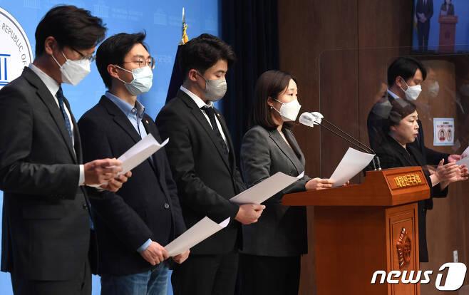이소영 의원을 비롯한 더불어민주당 2030의원들이 9일 오전 서울 여의도 국회 소통관에서 '더불어민주당 2030의원 입장문' 발표를 기자회견을 하고 있다. 2021.4.9/뉴스1 © News1 박세연 기자