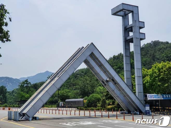 서울대 정문 전경 2020.6.18/뉴스1 © News1 황덕현 기자
