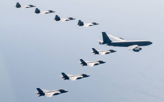 미 공군 F-22 스텔스기 편대와 공중급유기, 일본 항공자위대 F-35A 스텔스기들이 최근 일본 상공에서 함께 비행하고 있다. 미-일 스텔스 전투기들이 일본에서 연합훈련을 한 것은 처음이다. /주일 미공군