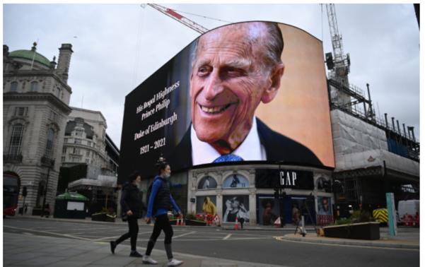 10일(현지시각) 영국 런던의 피카딜리 서커스 광장에 있는 스크린에 필립공의 사진이 걸렸다. /EPA연합뉴스
