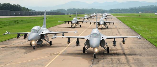 공군 TA-50 편대가 활주로에서 이륙을 준비하고 있다. 세계일보 자료사진