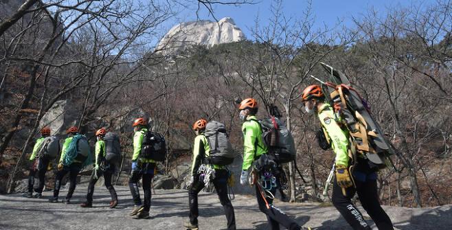 북한산국립공원특수산악구조대원들이 구조지점으로 이동하고 있다.