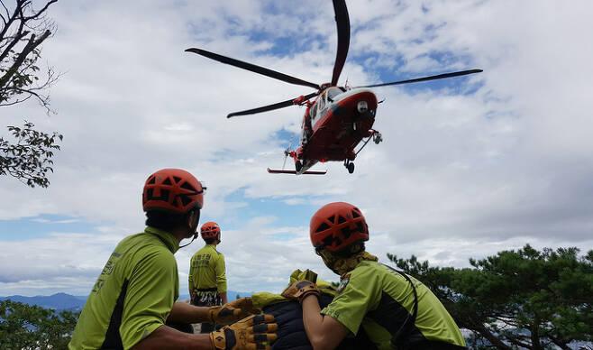대원들이 추락사고로 중상을 입은 등반객을 헬기로 긴급히 이송하고 있다. 북한산국립공원사무소 제공