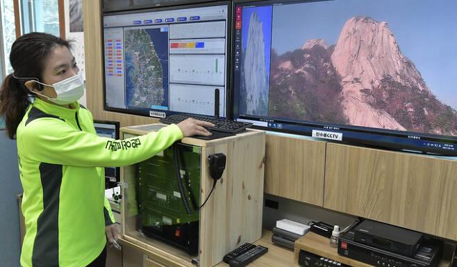 김연평 주임이 고화질 CCTV를 통해 인수봉 암벽을 살펴보고 있다. 낙석, 등반객 상황 등을 점검한다.