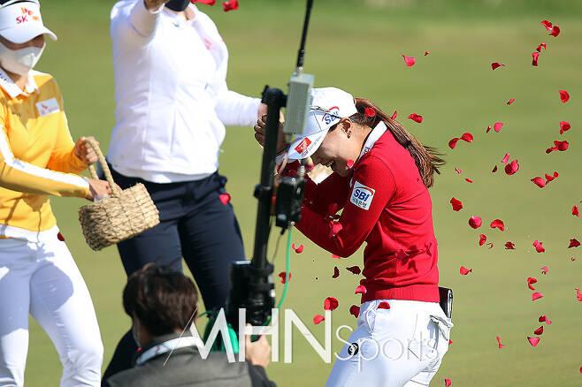 우승을 차지한 이소미가 동료들의 꽃세례를 받으며 기뻐하고 있다 ⓒMHN스포츠 손석규 기자
