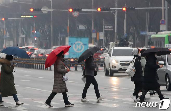 1일 오전 비 내리는 대구 도심 횡단보도에서 우산을 쓴 시민들이 발걸음을 재촉하고 있다. 2021.2.1/뉴스1 © News1 공정식 기자