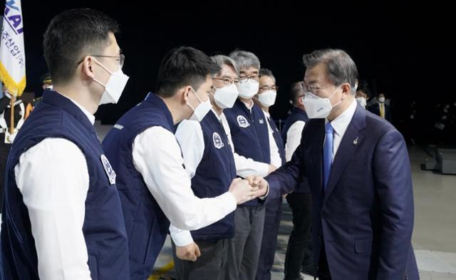 문재인 대통령이 9일 경남 사천시 한국항공우주산업(KAI)에서 열린 한국형전투기 보라매(KF-21) 시제기 출고식을 마치고 개발자들을 격려하고 있다. 연합뉴스