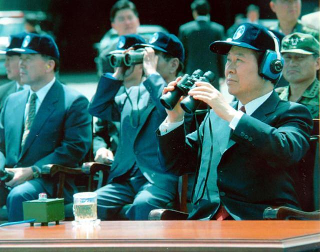 김대중 대통령이 1998년 6·25 발발 48주년을 앞두고 공군 전투비행단을 방문, 특수비행팀의 시범비행을 지켜보고 있다. 한국일보 자료사진