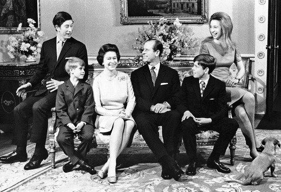 72년 결혼 25주 년을 맞아 함께 모인 여왕 부부와 3남 1녀의 자녀. 왼쪽부터 찰스 왕세자, 막내 에드워드 왕자, 엘리자베스 2세 여왕, 필립 공, 앤드루 왕자, 앤 공주. [AP=연합뉴스]