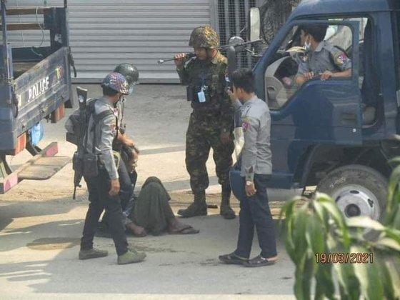 미얀마 네티즌이 지난달 중앙일보에 전한 사진. 제보자는 지난달 19일 군경이 한 시민의 목을 눌러 부러트리려 강제로 누르는 모습이라고 설명했다.