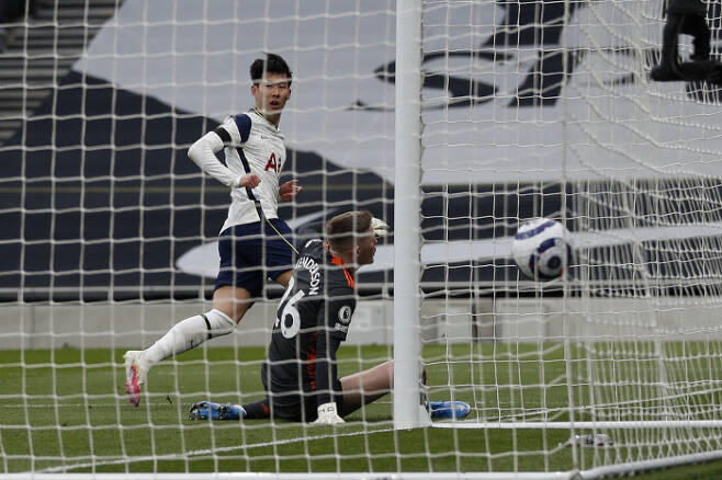 토트넘 손흥민이 12일 프리미어리그 맨체스터 유나이티드와의 경기에서 시즌 14호 골을 넣고 있다. 작은 사진은 손흥민이 경기 중 상대 파울에 쓰러져 있는 모습.   런던 | AP연합뉴스