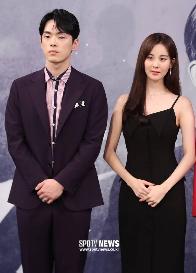 ▲ 김정현(왼쪽)이 서현의 팔짱을 거부해 논란이 됐던 2016년 '시간' 제작 발표회 현장. ⓒ스포티비뉴스DB