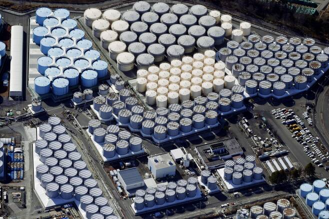 일본 정부는 13일 오전 도쿄 총리관저에서 관계장관회의를 열고  후쿠시마(福島) 제1원전 사고로 발생한 다량의 방사성 물질 오염수를 바다에 배출하기로 결정했다. 사진은 지난 2월13일에 촬영한 후쿠시마 제1원전의 오염수 탱크. /교도 연합뉴스