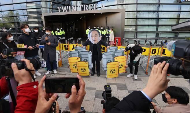 13일 오전 서울 종로구 주한일본대사관 앞에서 열린 일본 후쿠시마 오염수 방류 결정 규탄 기자회견에서 서울청년기후행동과 청년다락 등 관계자들이 항의 퍼포먼스를 하고 있다./연합뉴스