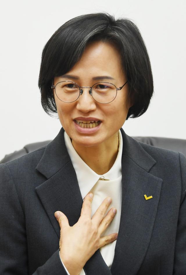 """강은미 정의당 의원실은 간접고용 노동자의 임금을 전용계좌로 지급하는 내용이 포함된 '하도급거래 공정화에 관한 법률' 개정안을 이달 중 발의할 예정이다. 강 의원은 지난 2월 질의서를 받았을 때부터 중간착취 문제의 심각성에 대해 공감하고 있었으며 """"법 개정에 적극 참여할 것""""이라고 밝혔다. 사진은 2월 강 의원이 한국일보 마이너리티팀을 만나 대화하는 모습. 오대근 기자"""
