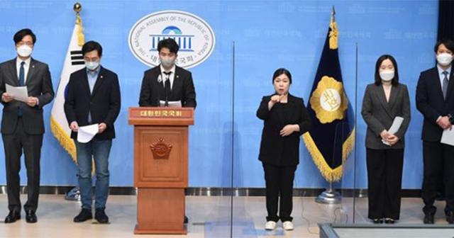 오영환 의원을 비롯한 더불어민주당 2030 의원들이 9일 오전 서울 여의도 국회 소통관에서 4·7 재·보선 참패와 관련한 2030 의원 입장문 발표를 하고 있다. 뉴스1