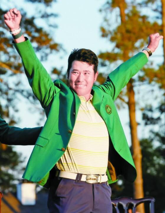 마쓰야마 히데키가 시상식에서 마스터스 우승자의 상징인 그린 재킷을 입은 뒤 만세를 하고 있다. [로이터=연합뉴스]
