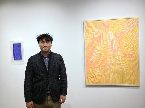 갤러리 BHAK를 운영하는 박종혁 대표가 서울 한남동 갤러리에 전시된 작품들 앞에 섰다. 이소아 기자