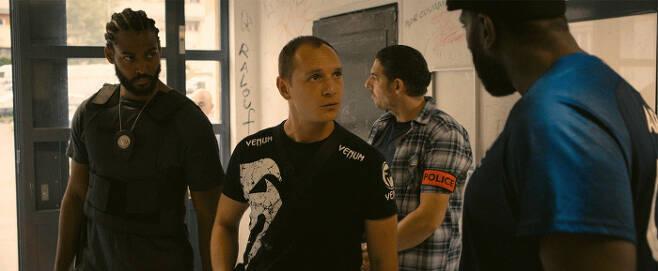 영화 <레미제라블>의 한 장면. 경찰들은 지역의 질서를 유지하기 위해 거친 행동을 일삼는다. | 영화사 진진 제공