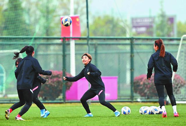 여민지(가운데)를 비롯한 축구 여자 국가대표팀 선수들이 12일 중국 쑤저우의 타이후 트레이닝센터에서 훈련하고 있다. 대한축구협회 제공