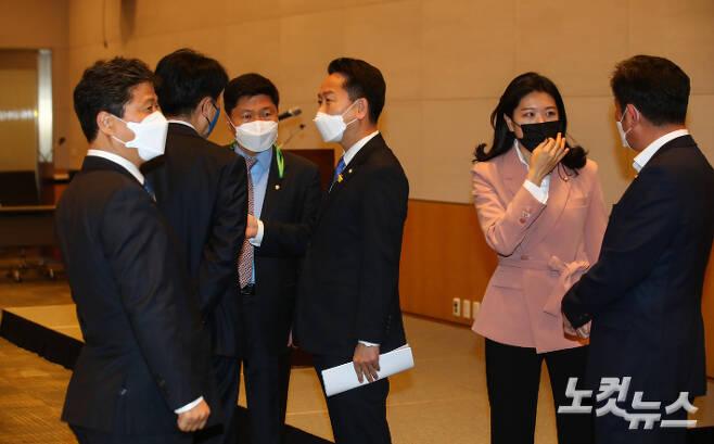 12일 오전 서울 여의도 전경련 컨퍼런스회관 다이아몬드 회의장에서 더불어민주당 고영인 의원이 주최한 초선 의원모임에 앞서 의원들이 대화를 나누고 있다. 윤창원 기자