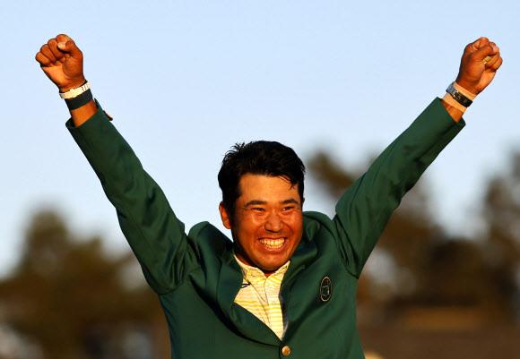 미국 조지아주 오거스타 내셔널 골프클럽에서 12일(한국시간) 막을 내린 제85회 마스터스 토너먼트에서 아시아 선수 최초로 우승한 마쓰야마 히데키가 그린 재킷을 입고 두 손을 번쩍 들어 환호하고 있다.오거스타 로이터 연합뉴스