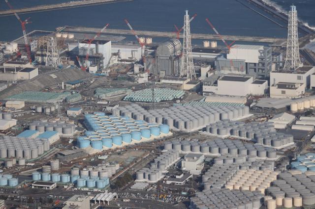 일본 정부가 13일 '해양 방류'를 결정한 일본 후쿠시마 원전 오염수를 담은 저장탱크들. 지난 10년간 125만 톤이 1,000여 개의 저장탱크에 보관돼 있는데 희석과정을 거쳐 2년 뒤부터 바다에 방류될 예정이다. AFP=연합뉴스