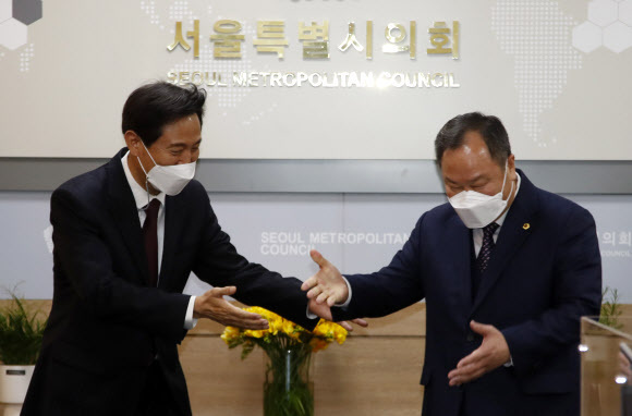 오세훈 서울시장이 지난 8일 서울시의회를 방문해 김인호 서울시의회 의장(오른쪽)을 만나고 있다. 뉴시스