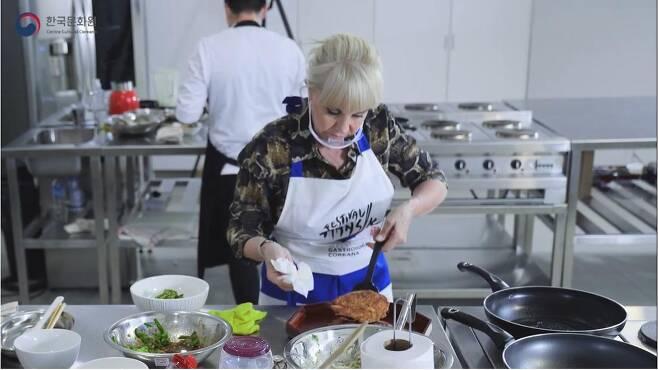 빈대떡 부치는 마라도나 전 부인 비야파녜 [주아르헨티나 한국문화원 유튜브 캡처]