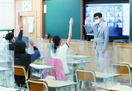 지난해 여름, 대면·비대면 수업이 동시에 진행된 서울 화랑초등학교. 화랑초등학교는 사립초등학교다. 아이가 다니던 미국 공립 중학교가 이런 식으로 수업을 진행했다. 연합뉴스