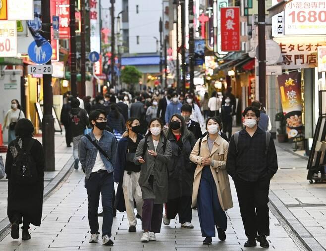 (요코하마 교도=연합뉴스) 16일 오후 일본 가나가와(神奈川)현 요코하마(橫浜)시에서 마스크를 쓴 사람들이 이동하고 있다.