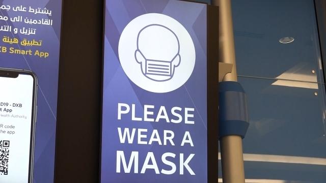 세계는 '코로나와의 전쟁' 중, 곳곳에 마스크 착용 안내 문구가 써있다.