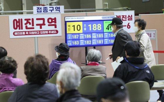 17일 오전 서울 동작구 사당종합체육관에 마련된 코로나19 접종센터에서 어르신들이 앉아 있다가 번호 순번에 따라 화이자 백신 접종 예진실로 들어가고 있다. 뉴스1
