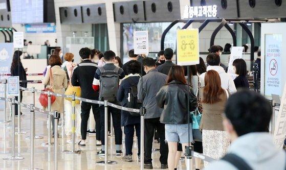 16일 서울 강서구 김포공항 국내선 청사 출국장이 주말을 맞아 여행을 떠나는 시민들로 북적이고 있다. 뉴스1