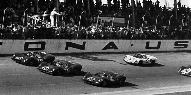 1967년 미국 플로리다에서 열린 '데이토나 24시'에서 결승선을 앞둔 페라리 3대가 함께 질주하고 있다.