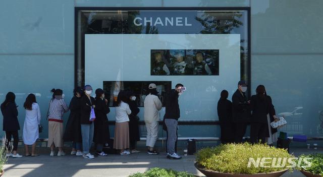 [대구=뉴시스] 이무열 기자 = 대구 중구 현대백화점 앞에서 시민들이 제품을 구매하기 위해 줄지어 백화점 개장 시간을 기다리고 있다. 2020.05.13. lmy@newsis.com