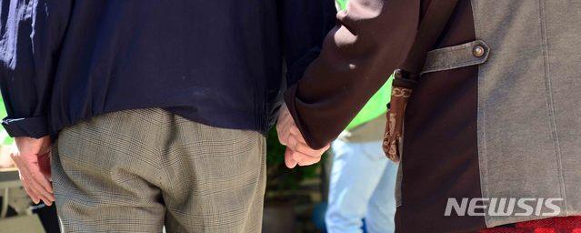 [부산=뉴시스] 손 잡고 걷는 노부부. 17일 국민연금연구원 '노인 가구의 소비수준을 고려한 필요 노후소득 연구'에 따르면 은퇴 후 노인 부부가 한 달에 필요한 표준 생활비는 약 210만원으로 나타났다. (사진=뉴시스 DB) 2020.11.12. photo@newsis.com
