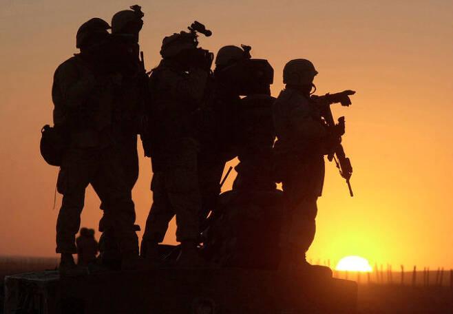 미 해병대원들이 아프간 칸다하르 국제공항 인근에서 순찰을 하고 있다. AP 통신